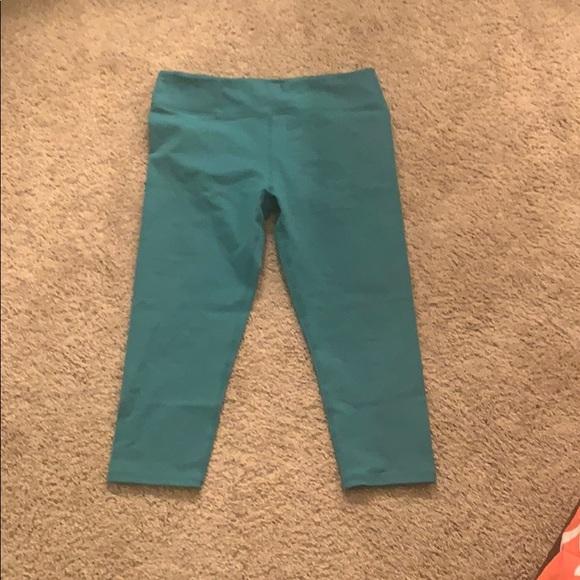 Fabletics Pants - Fabletics crop workout leggings